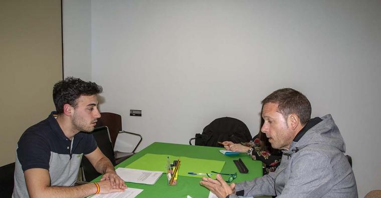 <h2 class='tahoma bold texto20 c_c0202e'><a href='http://www.frdcaza.org/noticia/277/VOX---LA-CAZA-TAMBIeN-VOTA-' class='c_c0202e'>VOX - LA CAZA TAMBIÉN VOTA </a></h2><p class='tahoma c_454545 texto12 margin0'>Por parte de la Federación Riojana de Caza (FRC) acudieron al encuentro con el partido político @Voxlarioja</p><a href='http://www.frdcaza.org/noticia/277/VOX---LA-CAZA-TAMBIeN-VOTA-' class='tahoma c_454545 texto12'>Seguir leyendo></a>