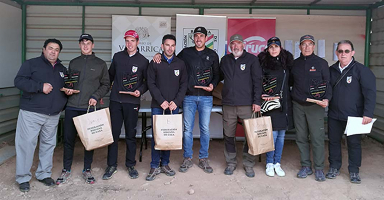 <h2 class='tahoma bold texto20 c_c0202e'><a href='http://www.frdcaza.org/noticia/301/aLVARO-ESPINOSA-CAMPEoN-AUTONoMICO-DE-COMPAK-SPORTING' class='c_c0202e'>ÁLVARO ESPINOSA CAMPEÓN AUTONÓMICO DE COMPAK SPORTING</a></h2><p class='tahoma c_454545 texto12 margin0'>Después de tres jornadas de tiro sobre 200 platos.</p><a href='http://www.frdcaza.org/noticia/301/aLVARO-ESPINOSA-CAMPEoN-AUTONoMICO-DE-COMPAK-SPORTING' class='tahoma c_454545 texto12'>Seguir leyendo></a>
