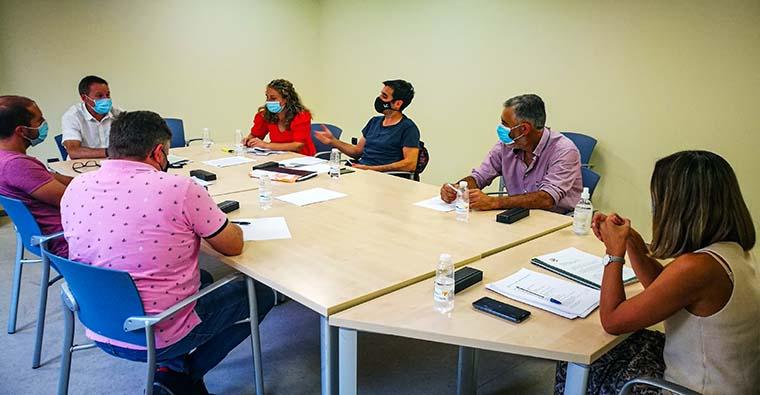 <h2 class='tahoma bold texto20 c_c0202e'><a href='https://www.frdcaza.org/noticia/394/REUNIoN,-DEBIDO-A-LA-LEY-DE-CAZA,-ENTRE-FEDERACION-Y-AGRICULTORES' class='c_c0202e'>REUNIÓN, DEBIDO A LA LEY DE CAZA, ENTRE FEDERACION Y AGRICULTORES</a></h2><p class='tahoma c_454545 texto12 margin0'>Todos los cazadores somos conscientes de la importancia que tiene la agricultura en nuestra comunidad. Sabemos que son una pieza clave en la economía de la región y como tal, nos debemos a simplificar y allanar su quehacer diario.</p><a href='https://www.frdcaza.org/noticia/394/REUNIoN,-DEBIDO-A-LA-LEY-DE-CAZA,-ENTRE-FEDERACION-Y-AGRICULTORES' class='tahoma c_454545 texto12'>Seguir leyendo></a>